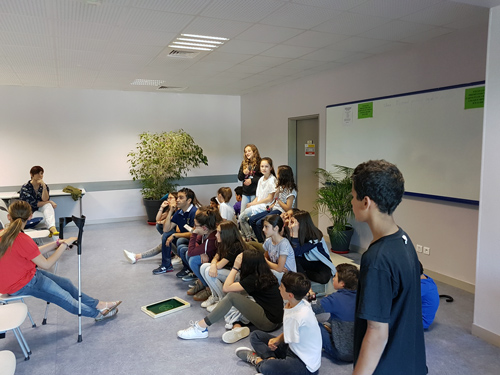 Wahid donne ses derniers ajustements aux élèves