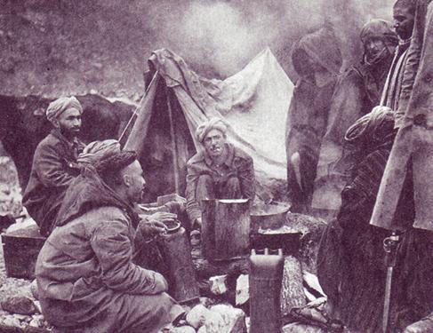 Militaires marocains incorporés à l'armée française dans un campement près du Monte Cassino, 1944