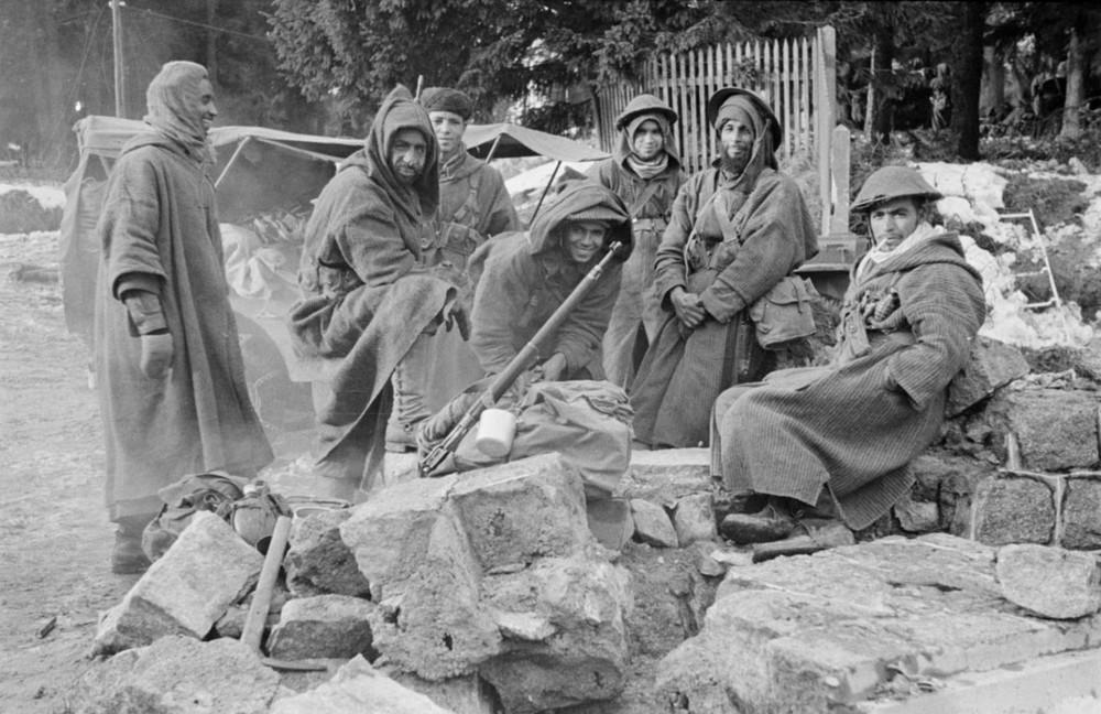 Des goumiers du 2e GTM après la prise du village du Bonhomme, Alsace, décembre 1944